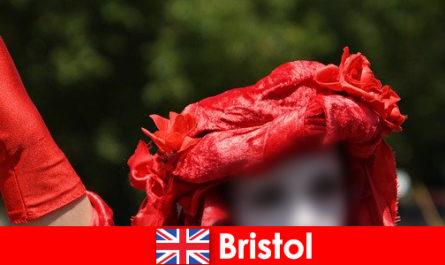 Les routards gagnent leur vie en tant qu'artistes de rue à Bristol
