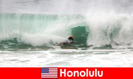 L'île paradisiaque d'Honolulu offre des vagues parfaites pour les surfeurs amateurs et professionnels