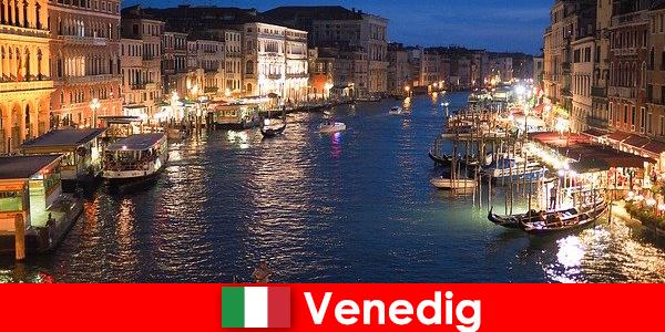 Venise une ville avec des gondoles et ses nombreux trésors artistiques