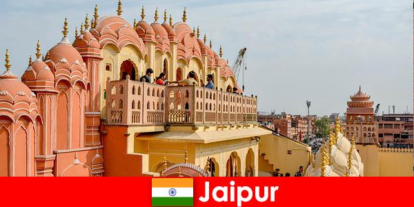 Des palais impressionnants et la dernière mode peuvent être trouvés par les touristes à Jaipur en Inde