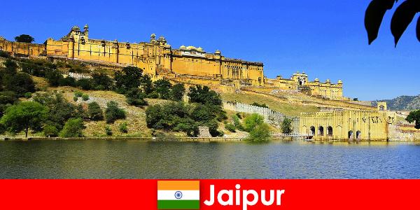 Les étrangers à Jaipur adorent les puissants temples
