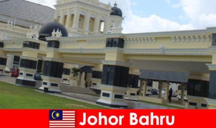 Johor Bahru la ville au port attire non seulement les croyants à l'ancienne mosquée mais aussi les touristes