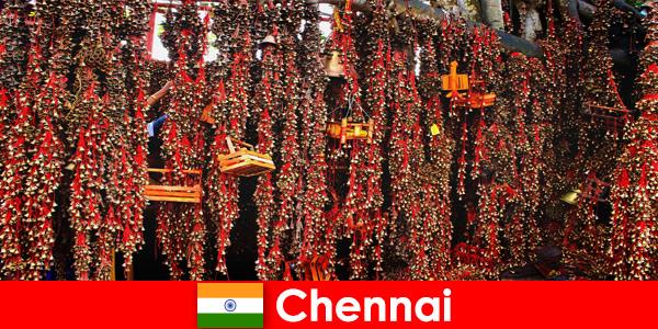 Des sons et des danses indigènes dans le temple attendent des étrangers à Chennai en Inde