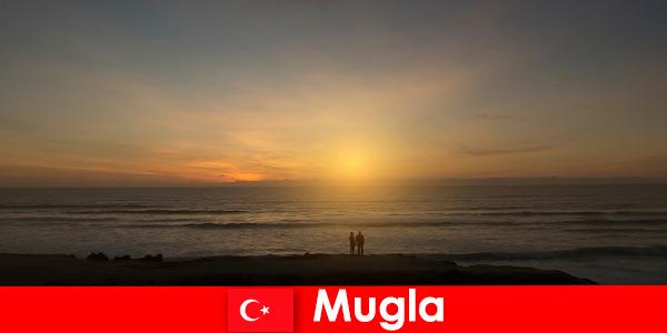 Voyage d'été à Mugla en Turquie avec des baies pittoresques pour les amoureux du cœur de la ville