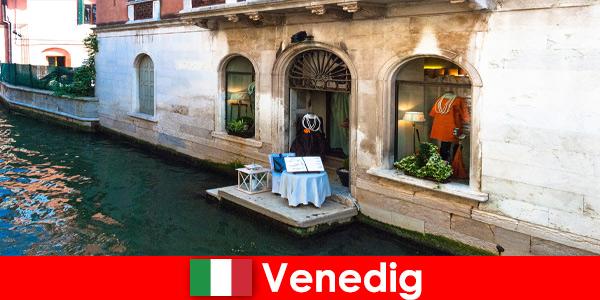 Expérience de voyage pure pour les touristes du shopping dans la vieille ville de Venise en Italie