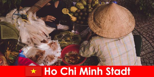 Les étrangers essaient la variété de stands de nourriture à Ho Chi Minh City Vietnam