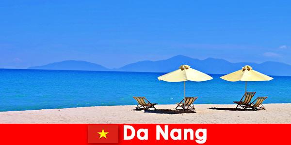 Les touristes à forfait se détendent sur les plages bleu azur de Da Nang au Vietnam