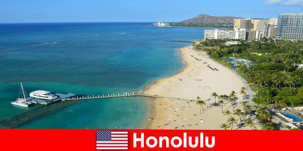 Une destination typique pour les touristes de détente au bord de la mer est Honolulu aux États-Unis