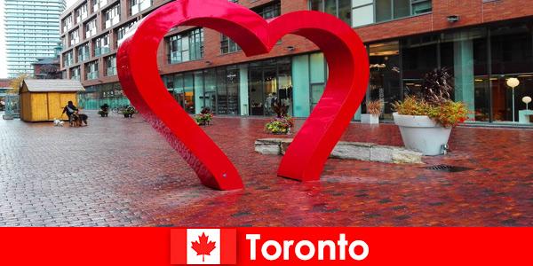 Toronto Canada en tant que ville colorée est vécue par les visiteurs étrangers comme une métropole multiculturelle