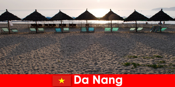 Complexes de luxe sur de belles plages de sable pour les vacanciers à Da Nang Vietnam