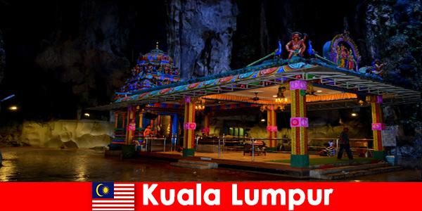 Kuala Lumpur Malaisie donne aux voyageurs un aperçu approfondi des anciennes grottes calcaires