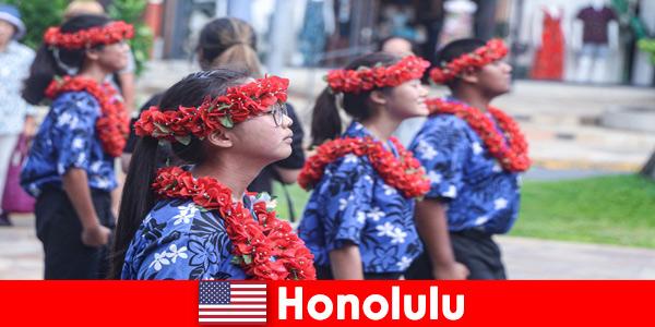 Les invités étrangers aiment les échanges culturels avec les résidents locaux à Honolulu États-Unis