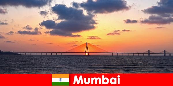 Les voyageurs asiatiques sont enthousiasmés par la modernité et la tradition de Mumbai en Inde