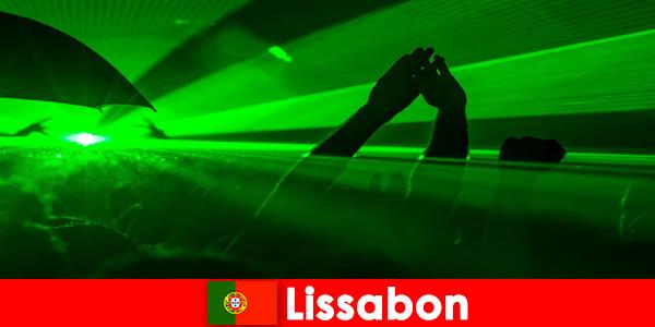 Soirées disco populaires sur la plage pour les jeunes fêtards à Lisbonne Portugal
