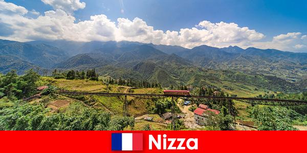 En train à travers les villages et les montagnes de l'arrière-pays niçois France