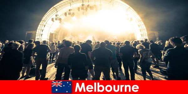 Des étrangers assistent chaque année aux concerts gratuits en plein air à Melbourne en Australie
